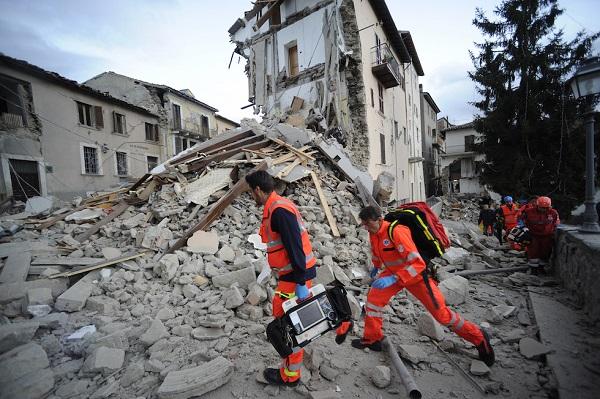 Squadre di soccorso ad Arquata del Tronto, 24 agosto 2016 (AP Photo/Sandro Perozzi)
