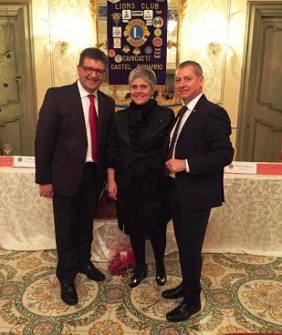 presidente-e-segretario-con-la-cerimoniera-rosa-maria-corbo